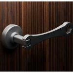 Гаечный ключ: дверная ручка в индустриальном стиле