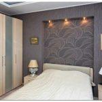 Как оживить спальню комбинированием обоев