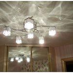 Можно ли в натяжной потолок добавить светильники и почему это сложно?