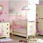 Детская комната для младенца в розово-кремовых тонах