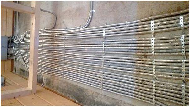 Прокладка горизонтально по стене с закреплением муфтами