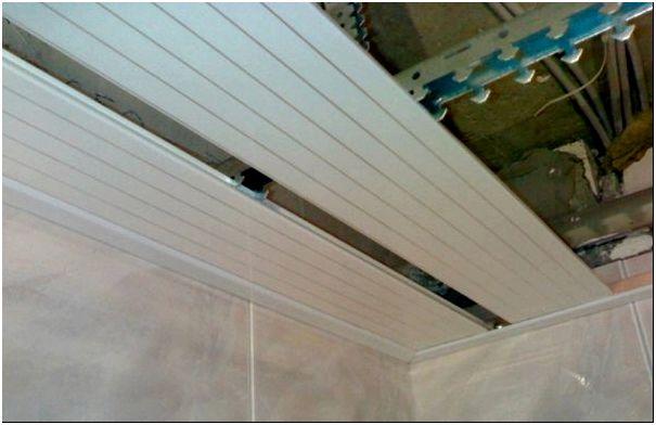 Рейки из алюминия – идеальные изделия для потолка в ванной