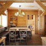 Сельский интерьер деревянного дома в городке кортина д#8217;ампеццо, в италии