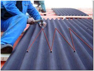 На фото - укладка шифера на крышу, aquagroup.ru