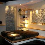 Оформление стены в спальне декоративным камнем