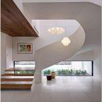 Современный дизайн лестницы в коттедже на брайтоне