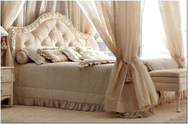 Фото 4 -Классическая мягкая кровать с балдахином от Savio Firmino, изголовье которой украшено патинированной резьбой по дереву