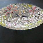 Стеклянные витражи везде. зеркала и тарелки тоже в деле