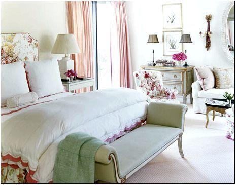 Фото 5 - Кровать, обитая белой тканью с цветочным рисунком, в интерьере винтажной спальни
