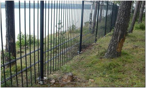 Фото 1 - Забор на винтовых сваях в лесистой местности