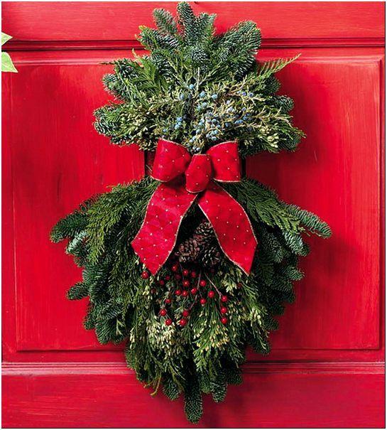 Фото 4 – На двери еловые украшения придают торжественности при входе в дом