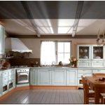 Дизайн угловой кухни с окном теперь не проблема