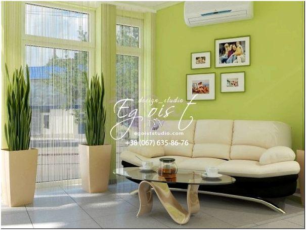 Подобранный диван, дизайнерский журнальный столик и высокие стульчики