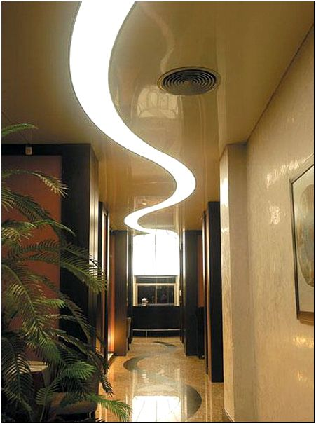 Фото 1 - Как разбить пространство в узком коридоре. Натяжной потолок с вмонтированной световой лентой