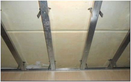 Установка металлического каркаса на базовом потолке-1
