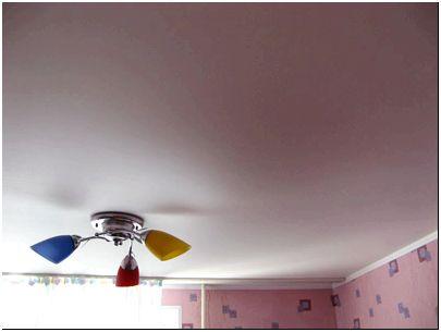 Матовый натяжной потолок светлого тона на кухне выглядит просто и лаконично