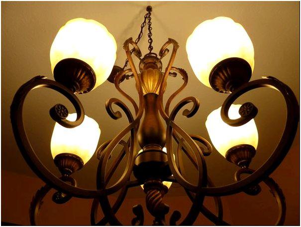 Фото 5 – Стилизованная люстра, обращенная плафонами вверх, но подвешенная на достаточном расстоянии от натяжного потолка