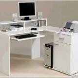 Рабочий дизайн – где поставить компьютерный стол в гостиной?