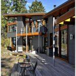 В лесистой местности расположился каркасный дом с современным необычным дизайном