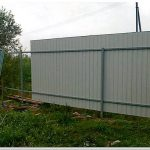 Делаем забор из профнастила своими силами