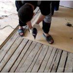 Как правильно постелить линолеум на деревянный пол: три способа